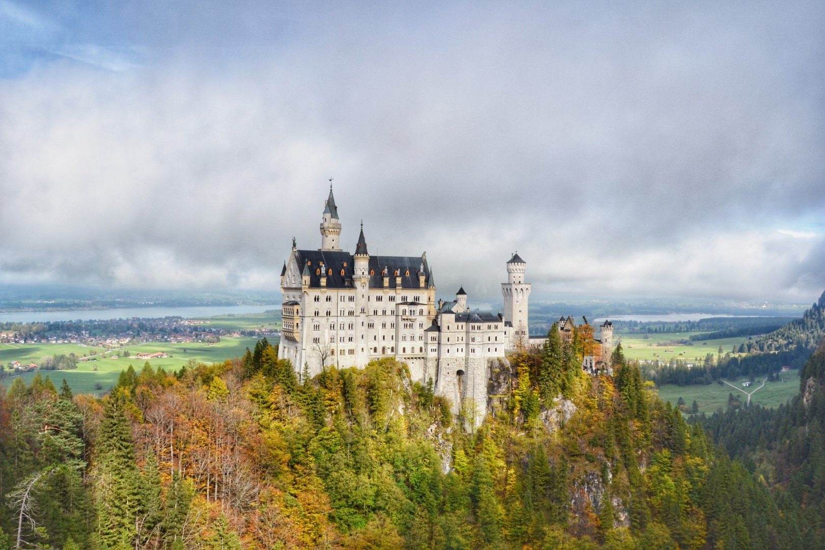 neuschwanstein castle autumn